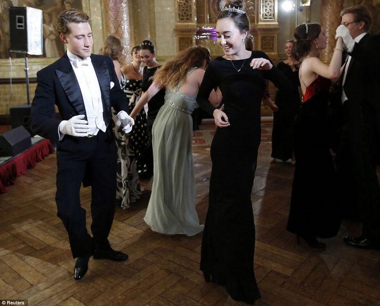 在英国舞会上怎么样才能不失礼呢